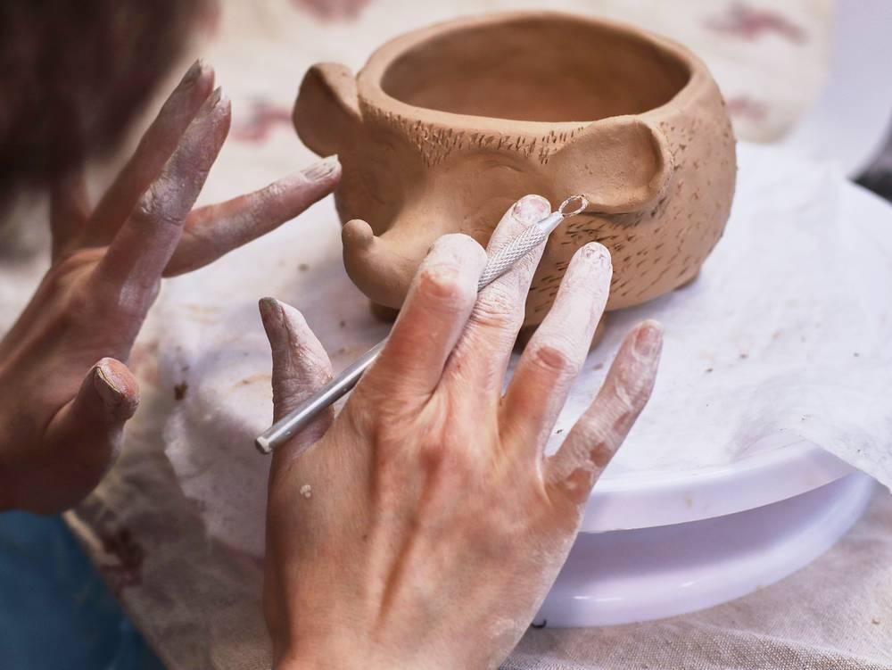 Modelage du bout des doigts d'une poterie en forme de hérisson